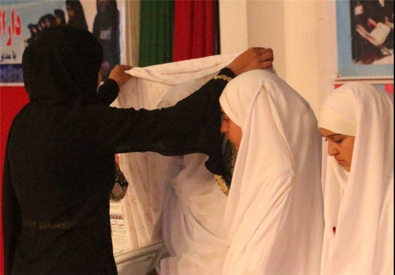 تصویر حافظان کوچک کل قرآن کریم در «هرات» که حجاب را با «چادر» زینت بخشیدند