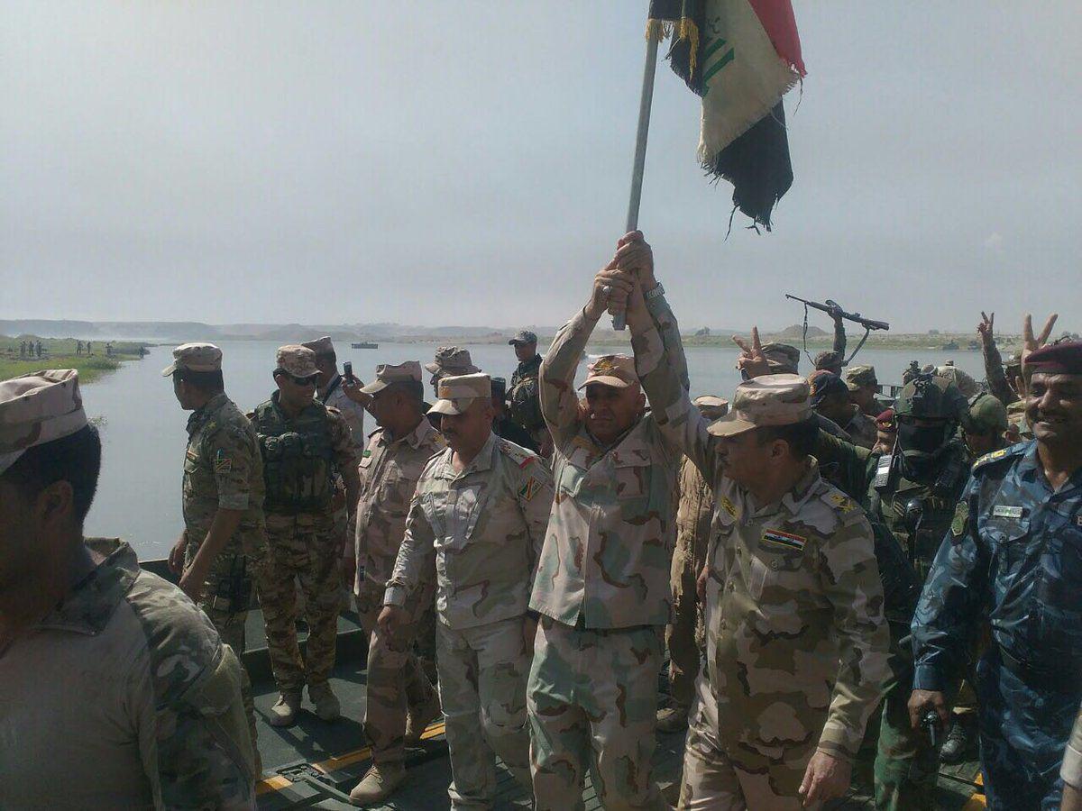 تصویر ادامه پيشروى نیروهای عراقی به سوى موصل و احداث يك پل شناور روى موصل