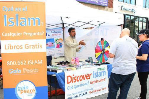 تصویر توزیع قرآن در ایستگاه اسلامشناسی شیکاگو