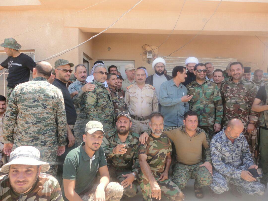 تصویر بازدید نماينده آيت الله العظمى شيرازى از محل استقرار نیروهاى مدافع عتبات در عراق