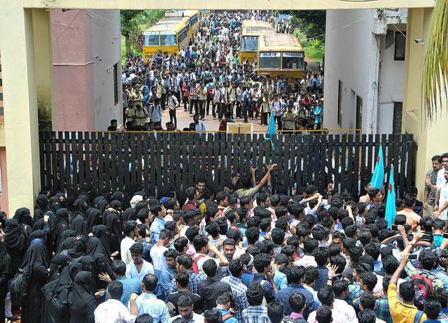 تصویر تجمع اعتراضی دانشجویان هندی به قانون منع حجاب در دانشکدههای منگلور