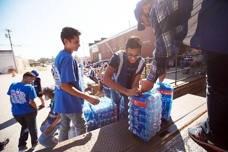 تصویر گروه امداد اسلامی آمریکا به کمک سیل زدگان طوفان متیو شتافت