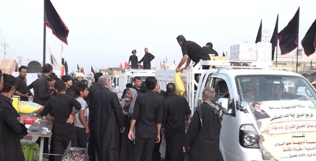 تصویر توزيع مواد غذایی و مايحتاج هيئات حسينى در مسير هاى منتهى به شهر مقدس كربلا