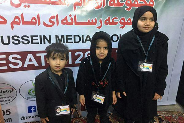 تصویر اهدای کارت شناسایی به کودکان زائر، خدمتی دیگر از مجموعه رسانه اى امام حسين عليه السلام