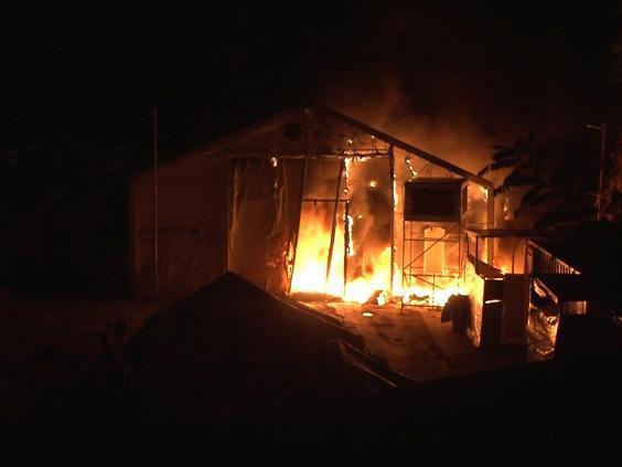 تصویر حمله با بمبهای آتش زا به اردوگاه آوارگان سوری در یونان