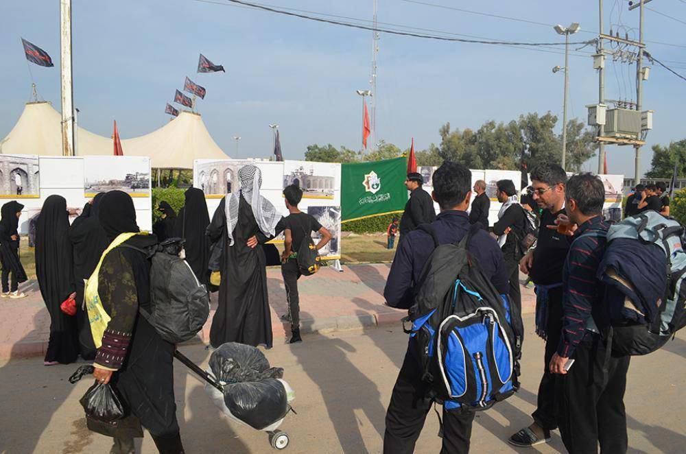 تصویر نمايش جنایات رژیم بعث در حق عتبات عاليات در مسیر پیاده روی اربعین
