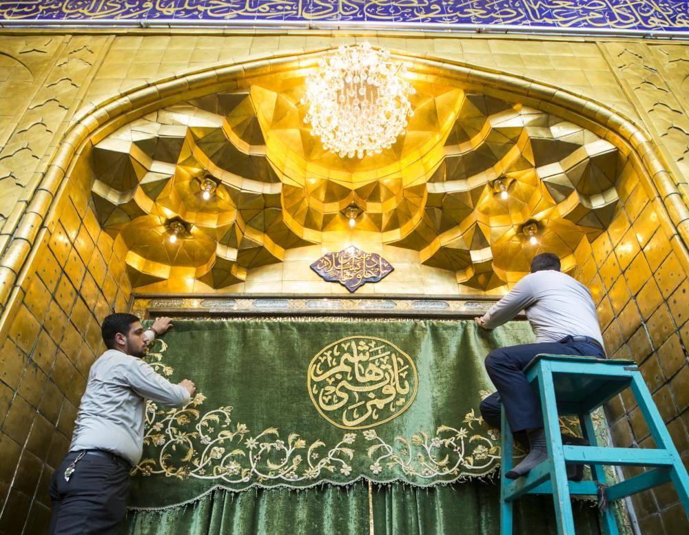 تصویر نصب پرده هاي جديد در حرم حضرت عباس عليه السلام