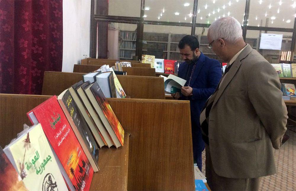 تصویر برپایی نمایشگاه کتاب در دانشگاه بابل عراق توسط مؤسسه چهارده معصوم علیهم السلام