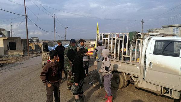 تصویر کمک رسانی به شهروندان جنگ زده شهر موصل