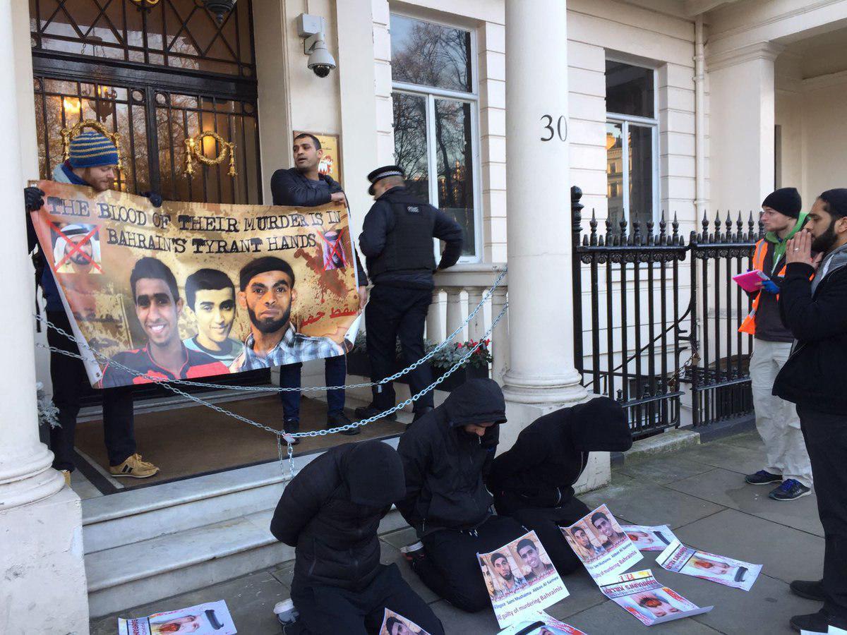 تصویر ضرب و شتم و ریختن آب جوش به معترضان بحرینی در لندن
