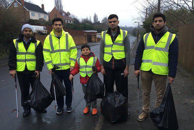 تصویر نظافت خیابان های انگلیس توسط مسلمانان