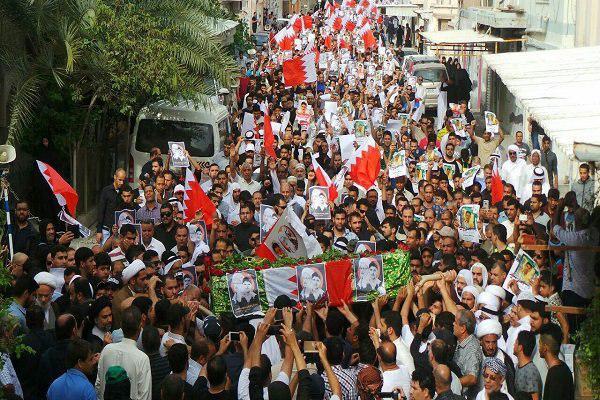 تصویر حمله نیروهای آل خلیفه به مراسم تشییع پیکر شهید ١٨ ساله بحرینی
