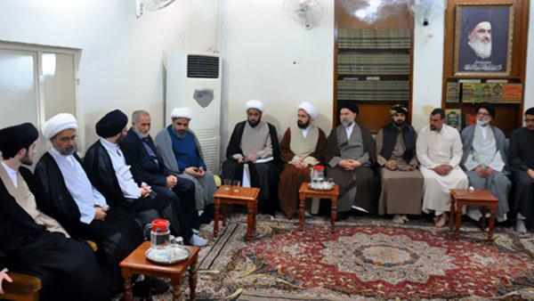 تصویر حضور برخی از شخصیت های مذهبی و رسانه ای در دفتر آیت الله العظمی شیرازی در شهر مقدس کربلا