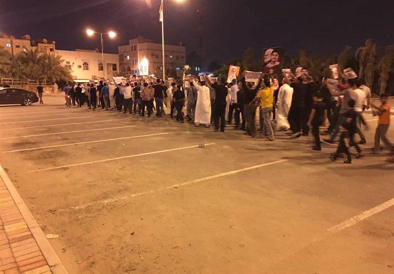 تصویر دادگاه بحرین یک مخالف جنگ یمن را به ۲ سال حبس محکوم کرد / تظاهرات بحرینیها در حمایت از مردم یمن ،کشتار کودکان یمنی را متوقف کنید