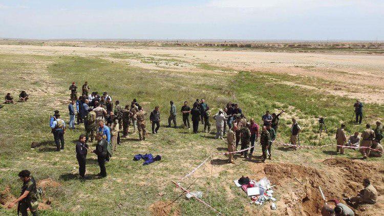 تصویر کشف جسد ۲۰ زن و کودک قربانی داعش در جنوب نینوا