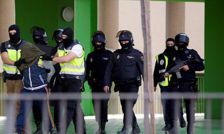 تصویر بازداشت دو تبعه اسپانیایی و مصری در اسپانیا به اتهام ارتباط با داعش