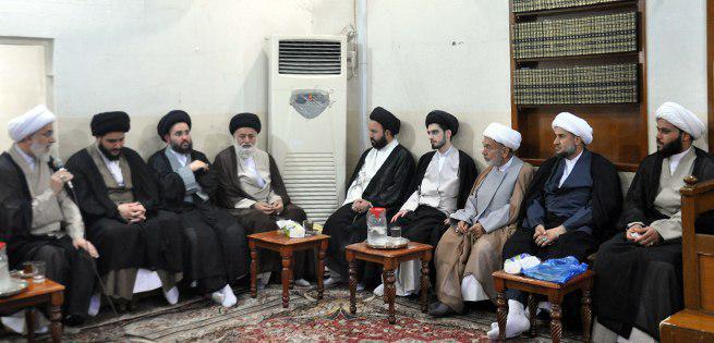 تصویر برگزاری جلسات فقهی و عقیدتی در شب های ماه مبارک رمضان در دفتر آیت الله العظمی شیرازی در کربلای معلی
