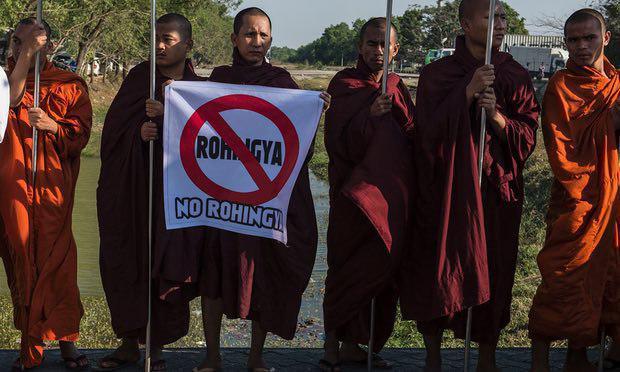 تصویر تعقیب مسلمانان میانمار به خاطر خواندن نماز در خیابان