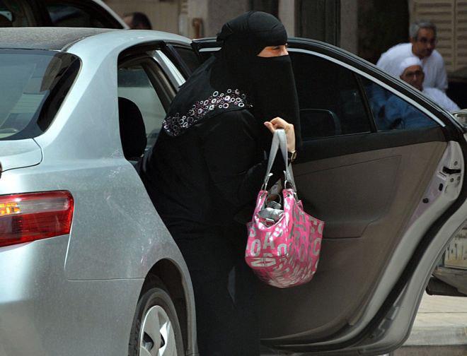 تصویر بازداشت فعال زن سعودی از سوی نیروهای امنیتی این کشور