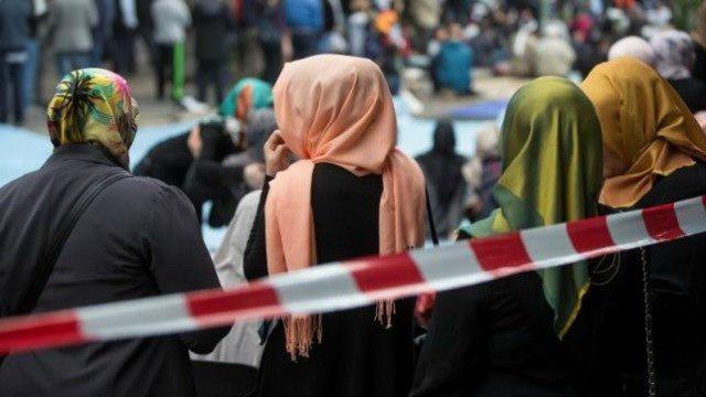 تصویر موج جدید اسلامهراسی در انگلستان: حمله به یک زن مسلمان و کشیدن حجاب او در خیابان