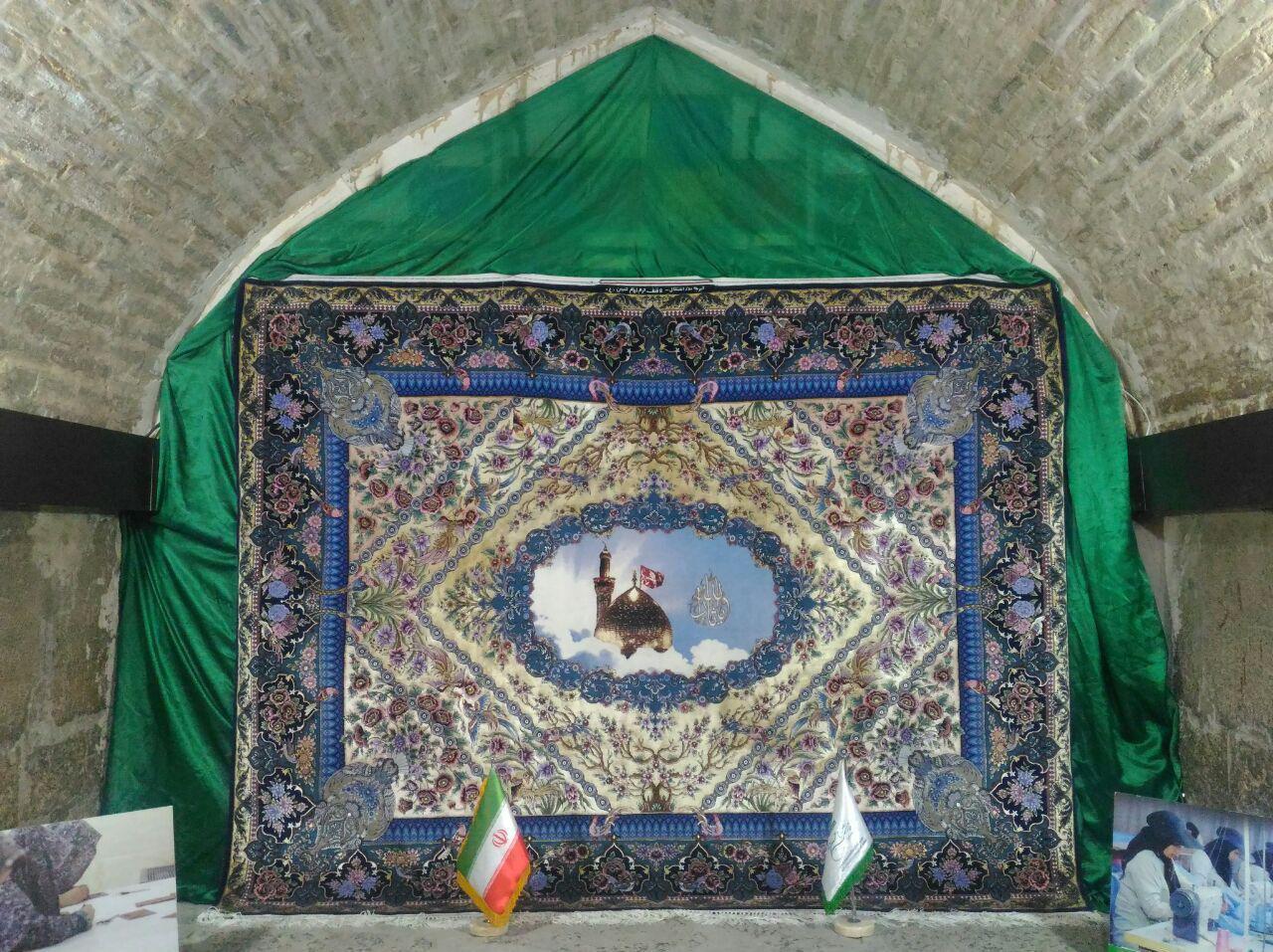 تصویر اهدای یک فرش توسط هنرمندان و خیران ایرانی به آستان مقدس حسینی