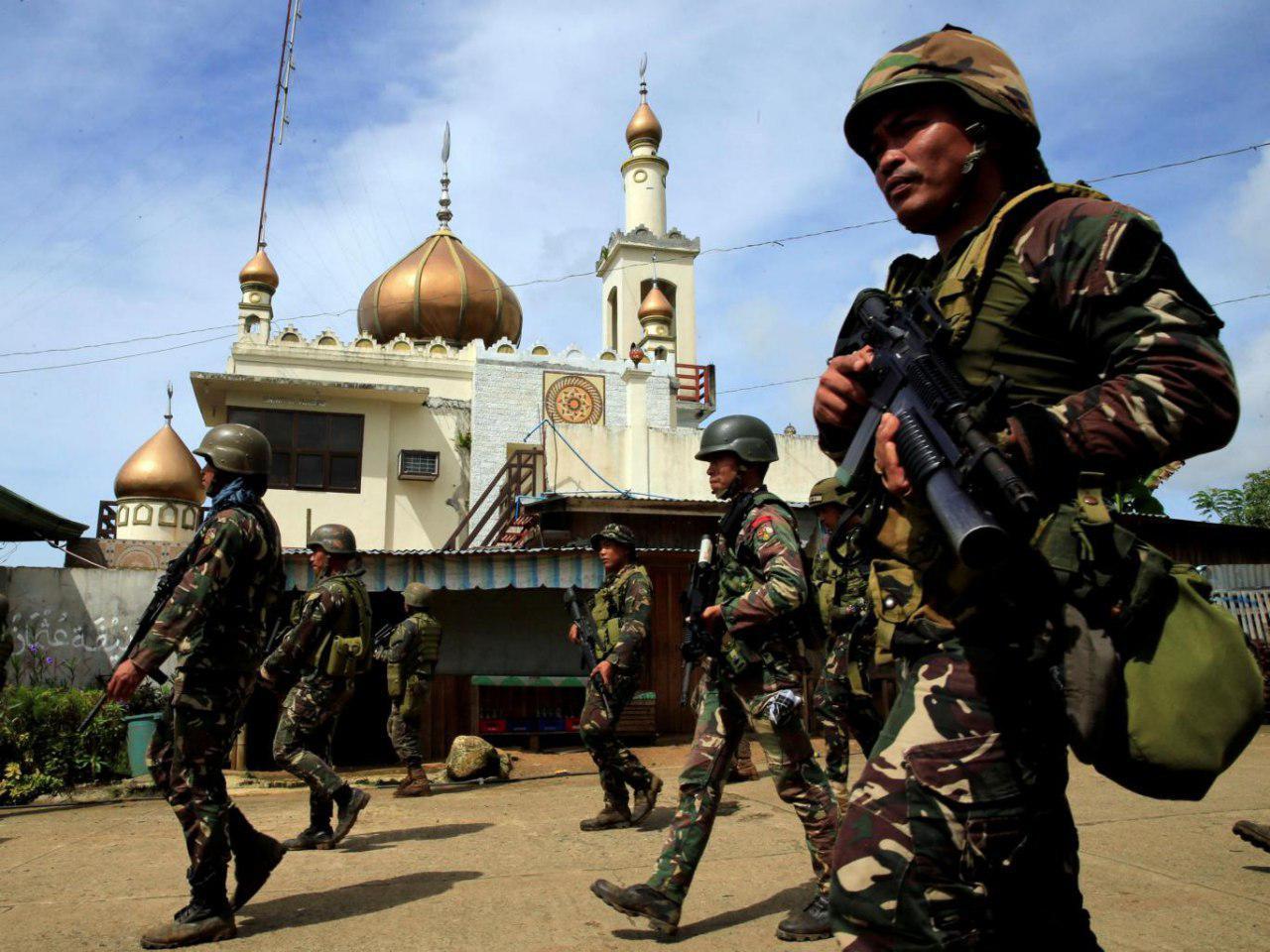 تصویر کمک مسلمانان به مسیحیان برای فرار از چنگ داعش