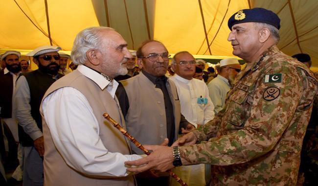 تصویر پایان تحصن شیعیان پاراچنار با وعده های فرمانده ارتش پاکستان