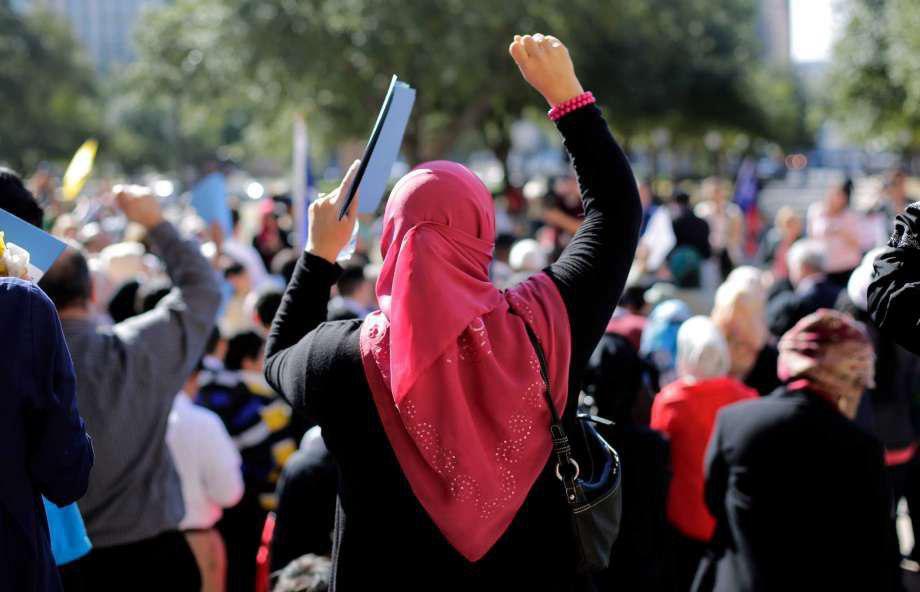 تصویر حمله با گوشت خوک به یک مادر و دختر مسلمان در لندن