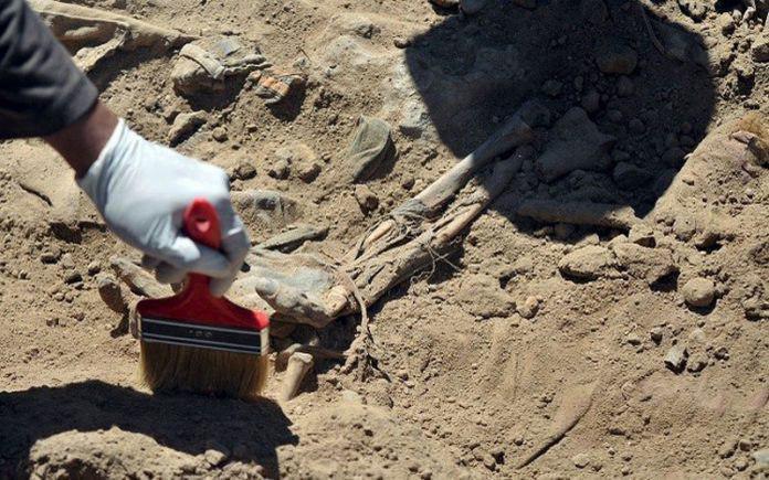 تصویر کشف بیش از ۲۰ گور دسته جمعی قربانیان داعش