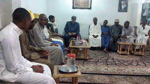 تصویر ملاقات تعدادی از طلاب آفریقایی با مسئول مرکز روابط عمومی دفتر مرجعیت، در شهر مقدس کربلا