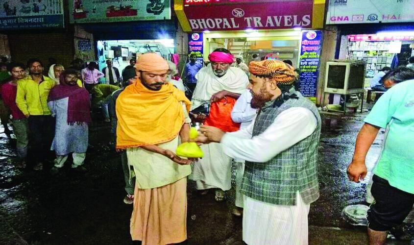 تصویر اطعام فقرا توسط مسلمان نیکوکار هندی