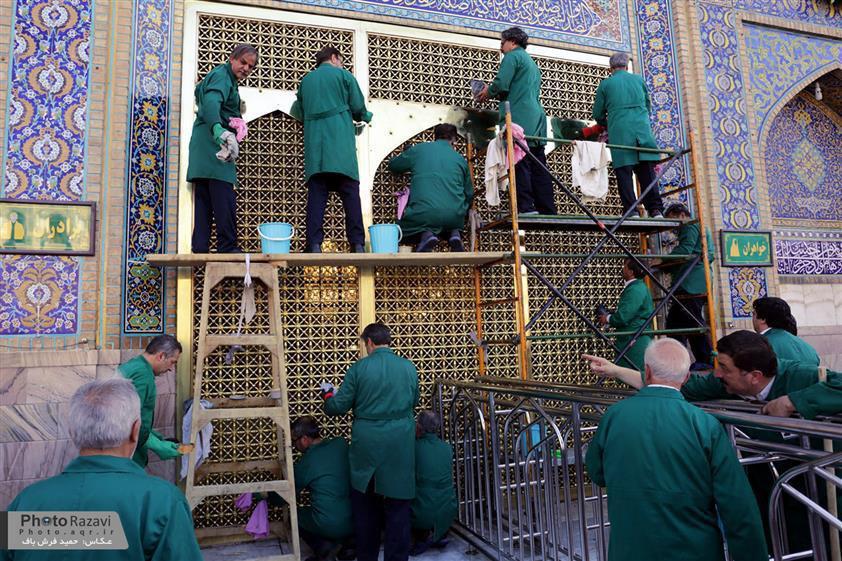 تصویر گزارش تصویری ـ غبار روبی و تنظیف پنجره فولاد حرم مطهر «امام رضا علیه السلام» در شهر مقدس مشهد