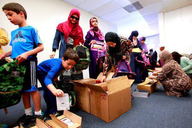 تصویر کمک مسلمانان آمریکا به دانشآموزان نیازمند