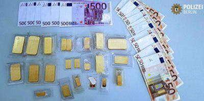 تصویر تحویل یک کیف پر از پول و طلا در آلمان توسط یک مسلمان