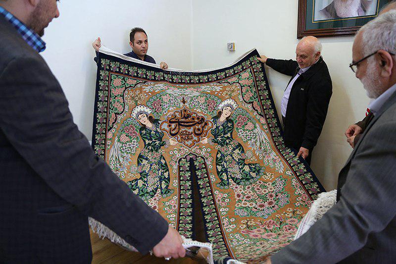 تصویر اهداء فرش نفیس به موزه آستان مقدس رضوی