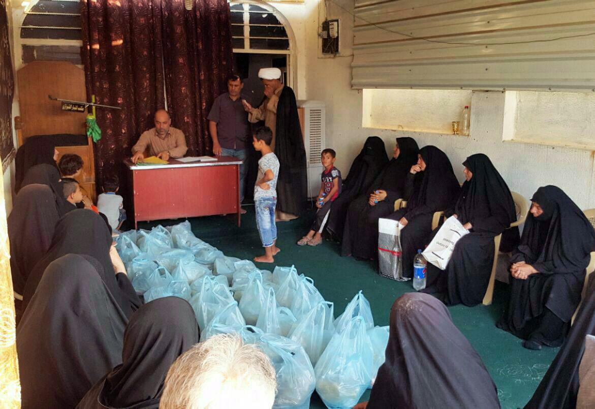 تصویر توزیع کمک های ماهیانه مرکز ارادتمندان مرجعیت در شهر بغداد در میان خانواده های شهدا و نیازمندان