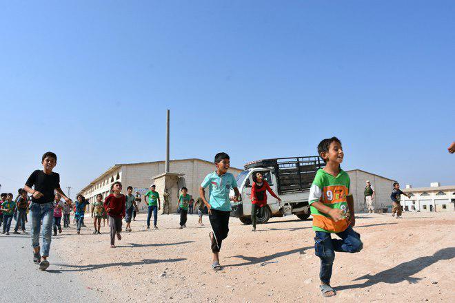 تصویر بازگشت ده ها خانواده سوری به منازل خود در شرق حلب