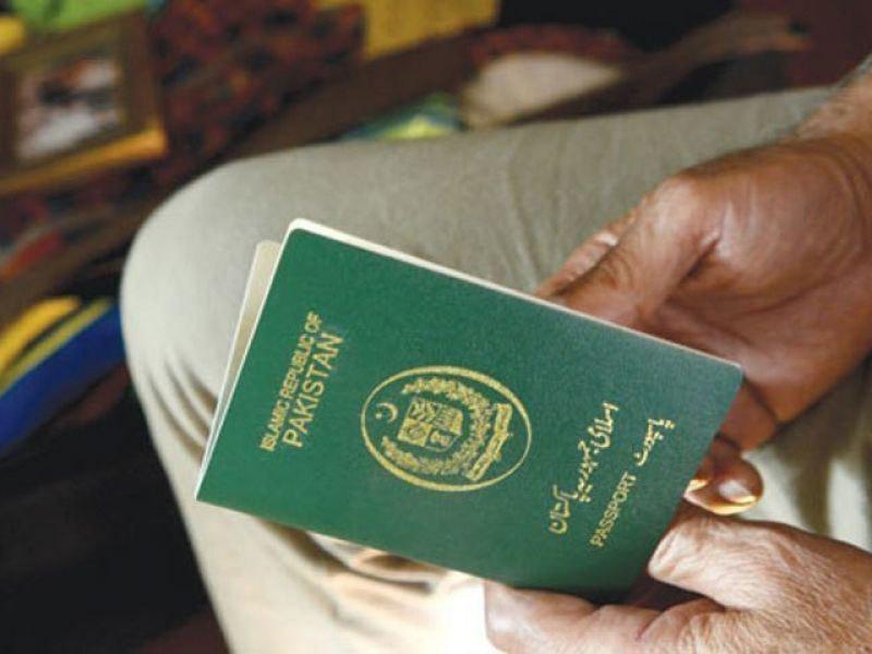 تصویر مشکلات زائران پاکستانی با کنسولگری ایران در لاهور