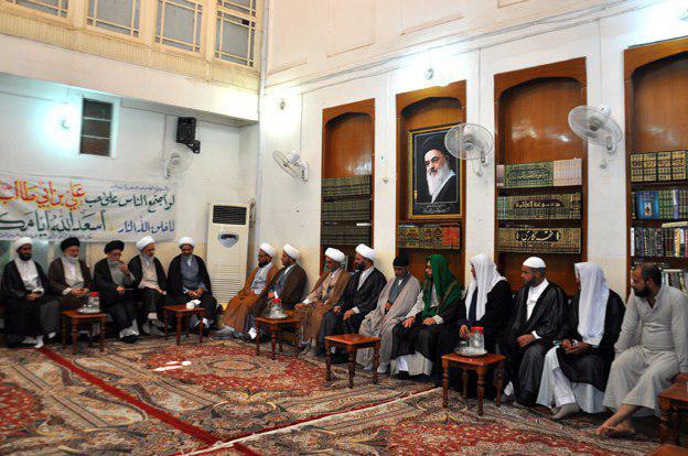 تصویر حضور هیئتی از حوزه علمیه امام حسین علیه السلام از شهر بغداد در دفتر آیت الله العظمی شیرازی در شهر مقدس کربلا