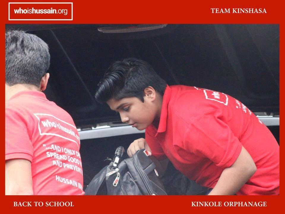 تصویر اهدای لوازم مدرسه به ایتام کینشاسا به همت سازمان شیعی «حسین کیست؟»