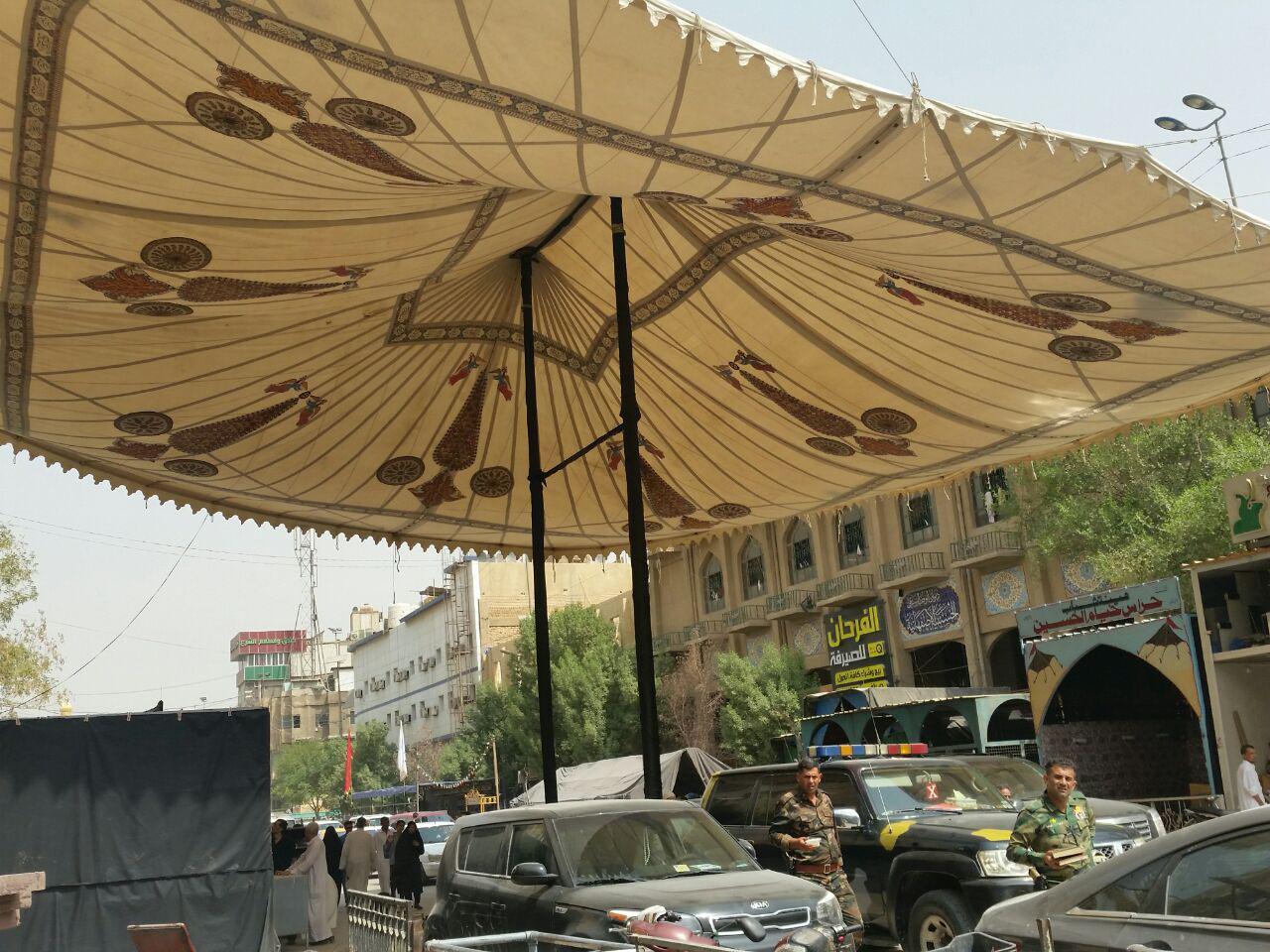تصویر گزارش تصویری ـ برپایی خیمه عزای حسینی در خیابان قبله امام حسین علیه السلام در شهر مقدس کربلا