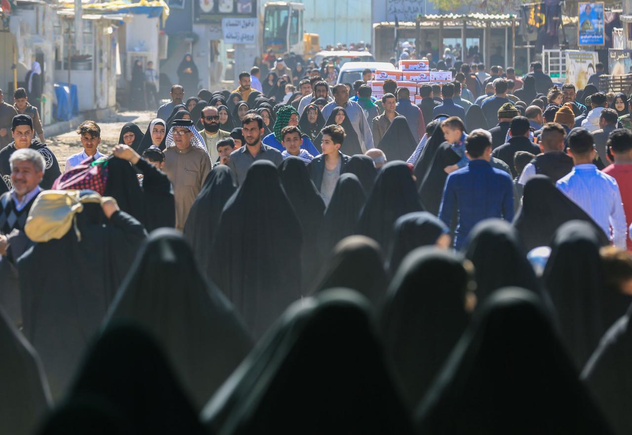 تصویر حضور خیل عظیم زائران در حرم امامین عسکریین در شهر سامرا