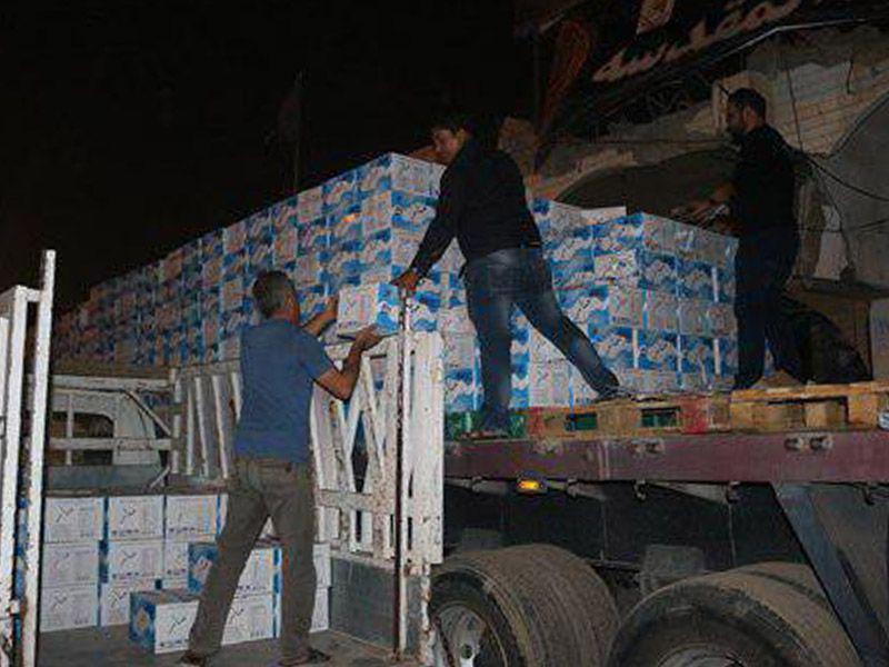 تصویر توزیع آب آشامیدنی در میان موکب های حسینی