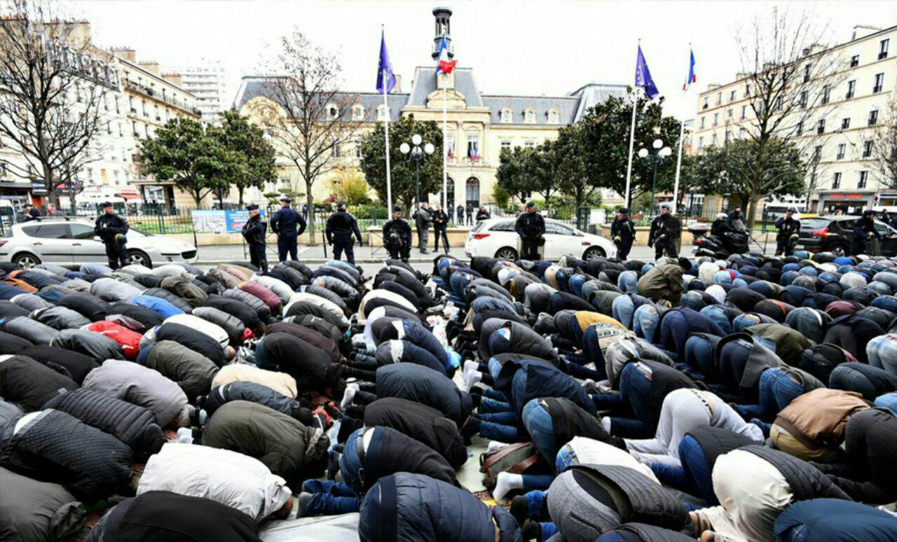 تصویر وزیر کشور فرانسه: برگزاری نماز در خیابان ممنوع است