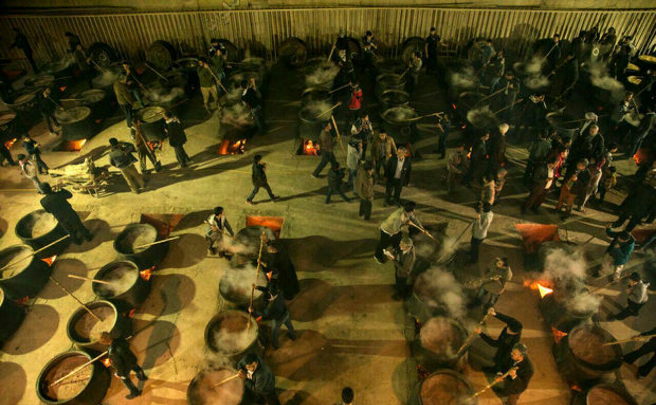 تصویر طبخ بزرگترین نذری جهان اسلام در حسینیه ای در یزد