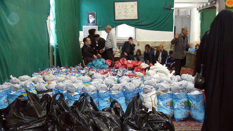 تصویر توزیع کمک های خیریه حسینیه کربلایی های قرچک در میان خانواده های نیازمند