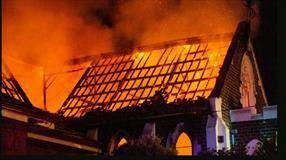 تصویر اسلام هراسان در استرالیا با نصب پوسترهایی به آتش زدن مسجد افتخار کردند