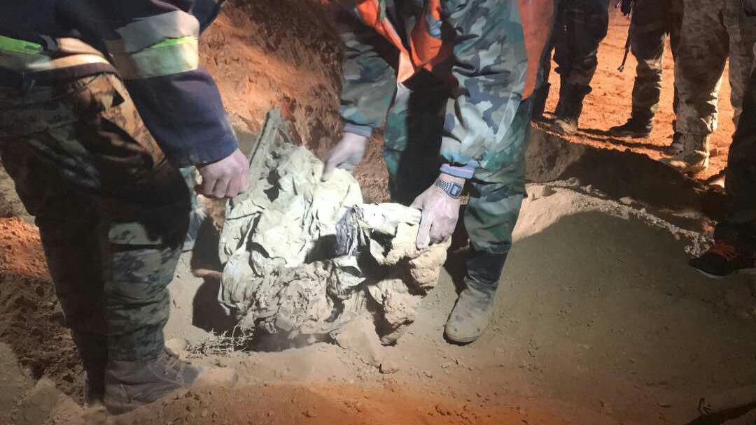 تصویر کشف 115 جسد از گورهای دسته جمعی در سوریه