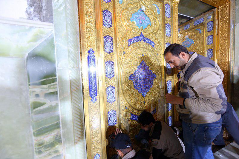 تصویر نصب درب رواق امام هادی علیه السلام از سوی آستان مقدس عسکریین
