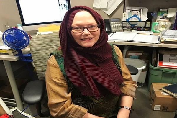تصویر اعتراض زن مسیحی به محدودیت مسلمانان با پوشیدن حجاب